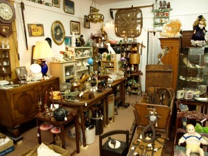 Antique-Shop-with-a-lot-of-Antiques-Collections-See-How-Antique-Roadshow-have-a-big-audience1